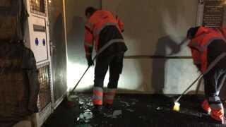 Oprydningen efter håndgranat-sprængningen mod Black Armys klubhus i Herning i december.