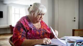 Foreløbig er der fyldt med fingeraftryk fra kontorkolde hænder på det svar, Thyra Frank giver på alle spørgsmål om en bedre ældrepleje.