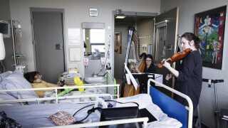 Lisbet Sagen spiller for syge børn på Rigshospitalet