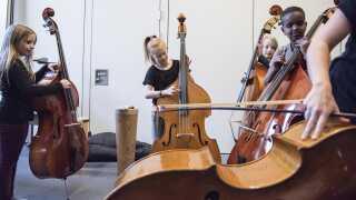 Ninna Urhammer og MusikAlliancen lærer skolelever i Brønshøj-Husum-området de klassiske instrumenter at kende.