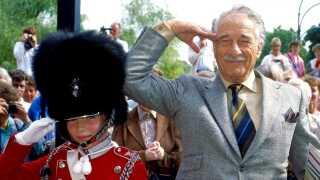 Victor Borge bevarede sin tilknytning til Danmark med jævnlige besøg. Her ses han under et besøg i Tivoli i 1989.