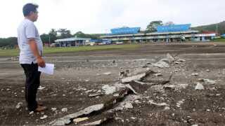 Her ses den ødelagte landingsbane i lufthavnen.