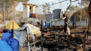 Sådan så det ud, da der udbrød brand i Moria på Lesbos i november sidste år. To personer mistede livet.