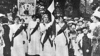 Kvindebevægelsens Grundlovstog foran Amalienborg, grundlovsdag 1915