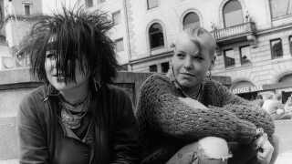 To punkere en tidlig forårsdag i 1983 ved springvandet Caritas på Nytorv i København.