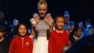 """Sidsel Boye Rasmussen i TV-programmet """"Day Day Up"""" omgivet af kinesiske fans."""