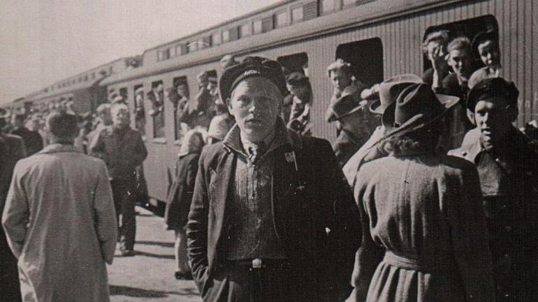 25-årige Frede Agerbo Rasmussen, som han så ud på banegården i Fredericia lige efter ankomsten fra kz-lejrene i 1945.