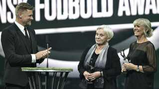 Susanne Augustesen og Lone Smidt Jensen modtager den fornemme hæder ved showet i Horsens. Til venstre er det den tidligere landsholdsmålmand Peter Schmeichel.