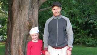 Freja Bruun med med sin far Martin, da hun begyndte sit første projekt for at redde verden skove, en underskriftindsamling.