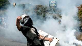 Store demonstrationer mod præsident Nicolas Maduro er flere gange endt med sammenstød mellem demonstranter og politi. Mandag forsøgte demonstranter at blokere hovedvejene i Venezuela for at øge presset på regeringen.