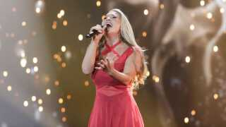 Anja har besluttet sig for at optræde i den røde Elsa Adams-kjole i næste uges Eurovision Song Contest.