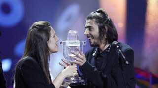 Salvador og Luísa Sobral holder sammen Eurovision-trofæet, mens de bliver hyldet på scenen i Kiev.