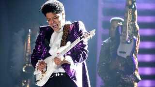 Bruno Mars optræder til Grammy Awards 20017 med nummeret 'Let's go Crazy' som en hyldest til afdøde Prince.