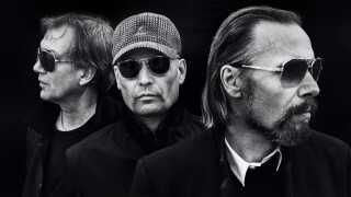 Udover Lars Top-Galia (i midten) og Steen Jørgensen (til højre) består Sort Sol også af trommeslager Tomas Ortved (til venstre). Han har ligesom Steen Jørgensen været med fra begyndelsen i 1977, da Sort Sol gik under navnet Sods.