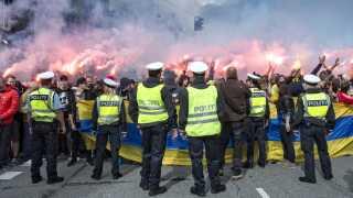 Politiet har tradition for at mandsopdække fans fra de to klubber. Her er det Brøndby fans ved Svanemøllen Station på vej til superligakamp mod FCK i Parken. (Foto: Jens Nørgaard Larsen/Scanpix 2014)