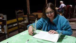 Vigdis Lysne læser korrektur på sin bog 'Smag af egen medicin', efter at hun har brugt hundredvis af timer på at skrive.