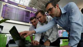 Teknikere på hårdt arbejde i lufthavnen Boryspil ved Kiev.