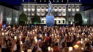 Demonstranter foran den polske præsident Andrzej Dudas officielle residens i Warsawa sent i går aftes.