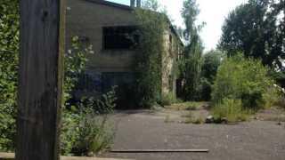 Siden fabrikken drejede nøglen om, har kommunen flere gange forsøgt at spærre fabrikken af for ubudne gæster, men hver gang bliver rækværket brækket op.