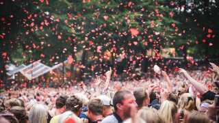 Publikum skrålede med på alle numre til Rasmus Seebach koncerten på Smukfest.