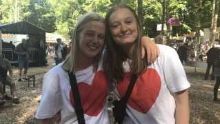 - Vi har valgt at tage røde hjerter på, fordi vi elsker Hjalmer, fortæller Siw Ager og Marie Nørhede på 18, der var til Hjalmers koncert på Smukfest. De kan også godt kan lide, at han synger på dansk.