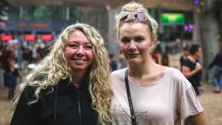 42-årige Trine Mau og 38-årige Mia Karstensen fra Horsens var ikke tilfredse med Smukfests musikprogram. Men de var begejstrede for festivalens vodka juice.