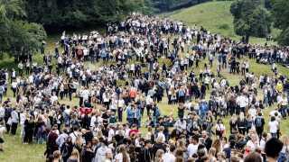 Gymnasieelever valfarter til festlighederne i Dyrehaven.