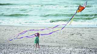 Peter og hans datter Merle sætter drage op ved stranden i Skagen.