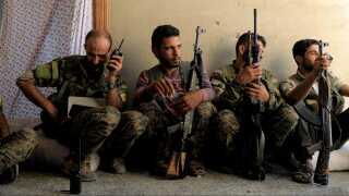 Soldater fra SDF, de Syriske Demokratiske Styrker, gør klar til et nyt angreb på den del af Raqqa, som IS stadig kontrollerer.