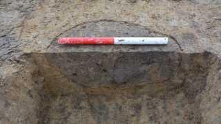 Et eksempel på et snit gennem et stolpehul. Ud fra stolpehullernes form, dybde og sammensætningen af den jord, stolpehullet indeholder, kan arkæologer udrede, hvilke stolpehuller der har hørt sammen og til sammen udgjort en bygning.