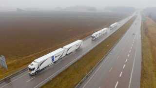 Et vogntog af lastbiler kørte i 2016 gennem Europa for at teste platooning-teknologi. De to bagerste lastbiler følger den forreste bils acceleration og nedbremsning automatisk.