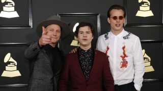 Mark Falgren, Lukas Forchhammer og Magnus Larsson på den røde løber inden Grammy-showet. Bandet var nomineret for nummeret '7 Years' i kategorierne Record of the Year, Song of the Year og Best Pop Duo/Group Performance.
