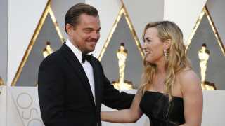 Kate Winslet og Leonardo DiCaprio er stadig tætte venner 20 år efter, Titanic rullede over biograflærredet første gang. Her ses de sammen til Oscar-uddelingen i 2016, hvor Leonardo DiCaprio vandt sin første Oscar for sin hovedrolle i The Revenant.