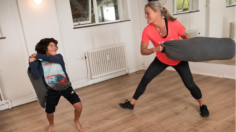 Motion er godt for psyken. Og sjov motion er rigtig godt, mener Pernille Thomsen, der er fysioterapeut (i den røde trøje).