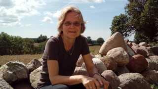 Pilgrimspræst Elizabeth Knox-Seith på tur i sin egen baghave - naturen på Lolland-Falster.