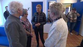 Integrations- og udlændingeminister Inger Støjberg (V) taler med pensionister i Bispeparken i Københavns nordvestkvarter.