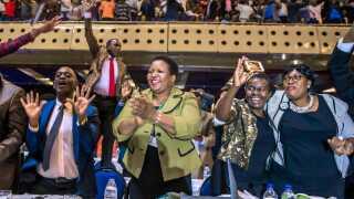 Jublen var også stor i Zimbabwes parlament, da parlamentsformanden havde læst brevet fra Robert Mugabe højt.