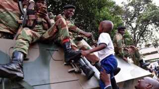Folket jubler sammen med landets militær, der var skyld i, at Robert Mugabe i sidste uge blev sat i husarrest.