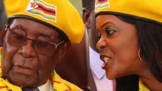 Robert Mugabe er her sammen med sin kone, Grace Mugabe, som han egentlig havde tiltænkt pladsen som landets vicepræsident. Hvad der sker med dem nu, er uvist.
