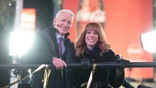 Anderson Cooper og Kathy Griffin ses her under sidste års store nytårsprogram 'New Year's Eve Live' på CNN fra Times Square. Den værtsopgave får hun dog ikke i år efter Trump-billedet.