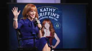 Sidste efterår var Kathy Griffin gæst flere steder i USA takket være sin dengang nye bog 'Kathy Griffin's Celebrity Run-Ins'. Nu er til gengæld det småt med invitationerne i hjemlandet.