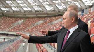 VM er et stort prestigeprojekt for Ruslands præsident Vladimir Putin, der her inspicerer Luzhniki Stadium i Moskva. Ruslands landshold skal dog oppe sig gevaldigt, hvis de skal gøre Putin tilfreds.