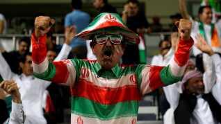 Ham her holder med Iran og har både hatten, solbrillerne og skjorten til at bevise det.