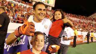 Keylor Navas fejrer Costa Ricas VM-kvalifikation med ungerne. Stærk keeper.