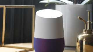 Google Home er en af den slags digitale assistenter, som Google mener passer perfekt ind på reolen, ved siden af Kubusstagen og blomsterforstøveren