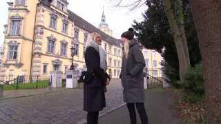 Simone Spur (t.v.) og Tina Müller foran slottet i Oldenburg.