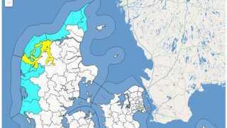 DMI har nu kun risikovarsel ude langs den jyske vestkyst og det lyder på risiko for kuling fra vest med risiko for vindstød af stormstyrke (mellem 25 og 27 m/s), og det gælder til kl. 09 lørdag morgen. Det gule område i Limfjorden er varsel for forhøjet vandtstand mellem 1,3-1,5 m over normal vandstand, og det gælder helt frem til midnat mellem lørdag og søndag.