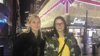 Veninderne Annamia Broch-Lips og Sara Kornum har mest lagt mærke til fortovsfliserne rundt om i byen, der har 'Aarhus 2017' indgraveret.
