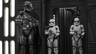 Her ses Captain Phasma og et par Stormtroopers i en scene fra den nye film.