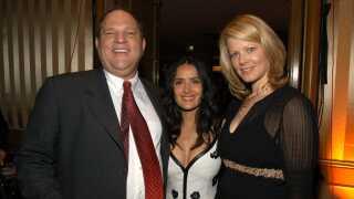 Salma Hayek fotograferet ved en prisuddeling i 2003 sammen med Harvey Weinstein og hans daværende hustru, Eve Chilton.
